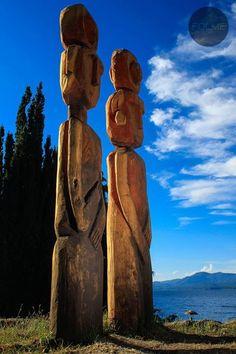 Los #Totems Guardianes del Nahuel  , mirando hacia el Este, de donde proviene la vida, segun la cultura #mapuche.  #SanCarlosdeBariloche by FOLME