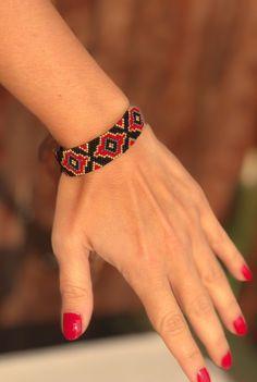 Miyuki Beaded Special Designed Bransoletka, Czarne złoto i czerwona bransoletka dla kobiet, bransoletka mody, bransoletka z koralików miyuki na prezent - Black Gold and red beaded bracelet designed by ZDA. Very chic and stylish bracelet for women. Bracelets Design, Loom Bracelets, Handmade Bracelets, Miyuki Beads, Gold Armband, Or Noir, Coin Pendant Necklace, Beaded Jewelry Patterns, Beading Patterns
