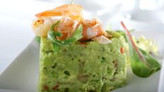 Tartar de aguacate y langostinos con escamas de sal Canapes, Mediterranean Recipes, All Things Christmas, Tapas, Guacamole, Buffet, Food And Drink, Appetizers, Healthy Recipes