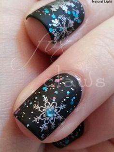 18. téli manikűr<br>Feketeimádóknak: matt alapon ezüst-kék hópelyhek