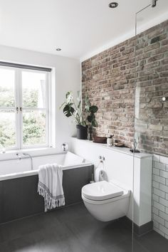 Stylistens charmerende villa med moderne løsninger Stylist Louise Kamman Riising and her husband TV host Jacob Riising are always working on new projects in their 1880 house with original brick walls, Pippi porch and hammock in the living room. Brick Bathroom, Modern Bathroom, Master Bathroom, White Bathroom, Bathroom Canvas, Bathroom Taps, Small Bathrooms, Dream Bathrooms, Bathroom Towels