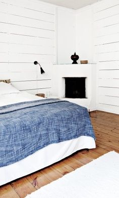 White bedroom with white corner fireplace. White Bedroom, Dream Bedroom, Master Bedroom, Bedroom Decor, Design Bedroom, Swedish Bedroom, Casual Bedroom, Bedroom Corner, Pretty Bedroom