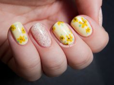 Sweet and Simple Buttery Floral | Chalkboard Nails | Nail Art Blog