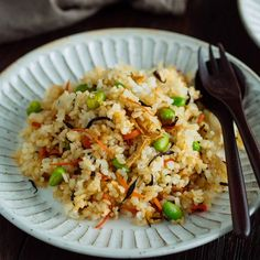 Trader Joe's copycat recipe – Japanese Fried Rice with Edamame, Tofu and Hijiki Seaweed. Keep the ingredients stocked in your kitchen, and you can make this delicious fried rice any time, any day. It's gluten free and vegetarian and vegan friendly! Sea Weed Recipes, Rice Recipes, Asian Recipes, Ethnic Recipes, Dishes Recipes, Japanese Fried Rice, Japanese Dishes, Japanese Food, Video Japanese