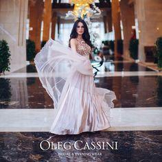 Mezuniyet, nişan ve düğün sezonunda sevgili Fulya Sezen Oleg Cassini koleksiyonundan en favori elbiselerini seçti!   Tül etekli Oleg Cassini elbiseden ilham alarak, yaz organizasyonlarında şıklığınızı tamamlayın!  Elbise Kodu: 1527