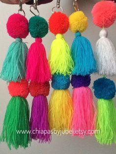 Un favorito personal de mi tienda Etsy https://www.etsy.com/mx/listing/493221996/new-multicolored-pom-pom-keychain