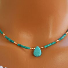 Collier turquoise collier cuivre et turquoise boho chic Dainty Jewelry, Boho Jewelry, Beaded Jewelry, Fine Jewelry, Jewelry Necklaces, Fashion Jewelry, Jewelry Making, Women Jewelry, Gold Bracelets