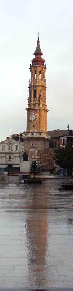 Torre de la catedral de La Seo en Zaragoza lloviendo