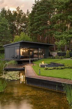 35 Stunning Modern Container House Design Ideas for Comfortable Life Every Day 2019 Small and magnificent! The post 35 Stunning Modern Container House Design Ideas for Comfortable Life Every Day 2019 appeared first on Landscape Diy. Container Home Designs, Container Homes, Container Gardening, Container Water Gardens, Cargo Container, Design Exterior, Wall Exterior, Black Exterior, Rustic Exterior
