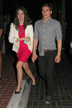 Dave Franco: Comic-Con with Alison Brie!: Photo Dave Franco and girlfriend Alison Brie hold hands as they walk around with fellow actress Gillian Jacobs on Friday (July in San Diego, Calif. Celebrity Couples, Celebrity Gossip, Celebrity Photos, Dave Franco, Alison Brie, Alexa Ray Joel, Franco Brothers, Cute Love Couple, Couple Style