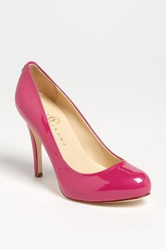 I love the shape and color of these pumps, I want them so!
