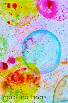 Ahora a hacer arte con pintura, comienza a soplar sobre el papel y disfruta de una maravillosa y colorida actividad.