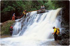 Prática de rapel em cachoeira de Brotas, interior de São Paulo. A região é rica em belezas naturais da mata atlântica e muito frequentada por adeptos de esportes de aventura