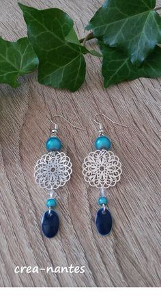 Boucles d'oreilles estampe argentée, perles turquoise et sequin émail bleu : Boucles d'oreille par crea-nantes