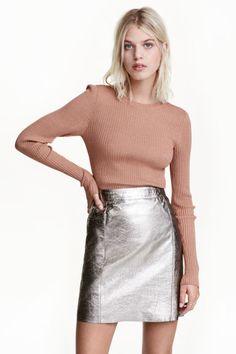 Falda de piel revestida: ALTA CALIDAD. Falda corta de piel con revestimiento plateado, bolsillos al bies, y costuras decorativas y tachuelas delante. Bolsillos traseros y cremallera oculta en un lateral. Forrada.