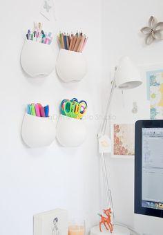 Libera espacio en el escritorio: Cuelga los botes en la pared y organízalos según tipos.