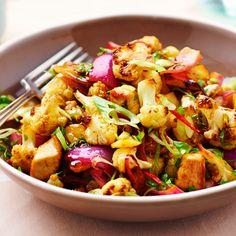 Gewokte bloemkool met pastinaak en kip.       - bladpeterselie (2 eetlepels)     - bosuitjes (2 )     - sojasaus (2 eetlepels)     - kippenbouillon (100 ml)     - pastinaak (300 gram)     - rode peper (0.5 )     - knoflook (2 tenen)     - kleine ui (1 )     - sap van halve citroen     - neutrale olie (3 eetlepels)     - kerriepoeder (1 eetlepel)     - kalkoenfilet (400 gram)     - middelgrote bloemkool (1 )