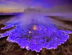 インドネシアのカワ・イェン火山からの壮大なネオンブルー溶岩