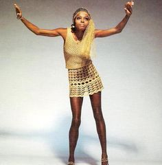 Diana Ross in a photo session by Michael Ochs; this was later used in a fashion editorial of Harper's Bazaar magazine, February 1970 70s Costume, Hippie Costume, 70s Fashion, Fashion History, Hippie Fashion, Diana Ross Supremes, Rave Wear, Kylie Minogue, Celebrity Babies