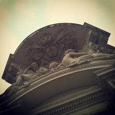 Fronton sculpté immeuble à l'angle des rues Rivals et Caussette #Toulouse