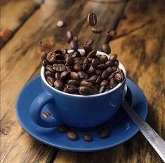Pitím kávy znižujeme riziko upadnutia do depresie. Harvardská štúdia z roku 2011 dokázala, že ľudia ktorí si denne doprajú asi 4 šálky kávy majú o 20% nižšiu šancu, že ich potrápi depresia. Možno ste si to všimli na sebe, aké zázraky niekedy dokáže ranná káva. 😁☕ #moakcaffe #moak #coffeelovers #coffee #coffeeoftheday #coffeelove #italiancoffee #bratislava #coffeeworld #coffeeandhealth #healthypeople Candy, Chocolate, Coffee, Tableware, Food, Kaffee, Dinnerware, Tablewares, Essen