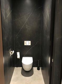Wanden (Ceramistone L: Montsho) en vloer (Ceramistone L: Desert Rock Hammered) i. - Wanden (Ceramistone L: Montsho) en vloer (Ceramistone L: Desert Rock Hammered) in keramiek! Small Toilet Design, Small Toilet Room, Bathroom Design Small, Modern Toilet Design, Marble Bathroom Floor, Cozy Bathroom, Modern Bathroom, Bad Inspiration, Bathroom Inspiration