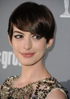 At the Costume Designers Guild Awards, Anne tried out a deep side | Anne Hathaway Shows You 10 Inventive Ways to Wear a Pixie | POPSUGAR Beauty
