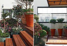 Os vasos ladeiam a escada, de forma que as plantas fazem as vezes de guarda-corpo. são elas: azaleia (ao fundo), buxo podado em bola, roseir...