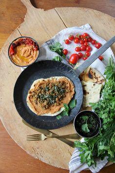 Die selbstgemachte persische Naan-Pizza habe ich mit ofengerösteten Tomaten-Hummus, Lammhackfleisch und Kräutersalsa belegt. Probiere es einfach aus!