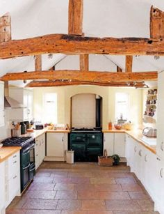 I want an old fashioned house. I love this kitchen its like living in a cottage! English Cottage Kitchens, Modern Farmhouse Kitchens, Farmhouse Kitchen Decor, Country Kitchen, Home Kitchens, Warm Kitchen, Farmhouse Chic, Farmhouse Table, Kitchen Interior