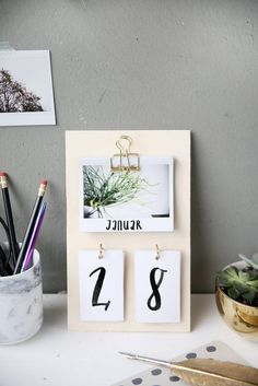 Kreative DIY-Idee zum Selbermachen: Schreibtischkalender aus Sperrholz und Instax-Fotos selber basteln und als DIY Geschenkidee verschenken