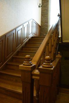 Деревянная лестница в в классическом интерьере. Декоративные резные элементы лестницы были выполнены из благородных пород красного дерева, что придает интерьеру некий аристократизм.