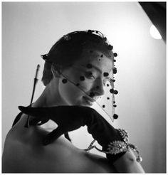 Chapeau  Elsa Schiaparelli La visière-voilette du soir. Automne-Hiver 1950.Publiée dans l'Album du Figaro, 1950  Photo Henry Clarke #milliinery #judithm #hats