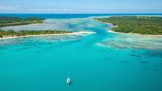 L'île Sainte-Marie - Son nom malgache est Nosy Boraha, « l'île des femmes ». Elle est entourée d'une barrière de corail et d'un lagon turquoise. C'est l'endroit idéal pour observer les baleines qui y font escale de juillet à septembre.