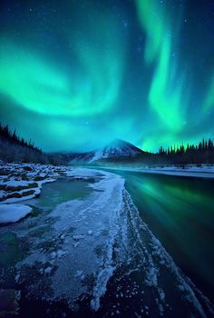 This Aurora Boreal was captured in the northern Ogilvie Mountains, Yukon Territory, Canada. My dream ♥ Beautiful Sky, Beautiful Landscapes, Beautiful World, Beautiful Places, Pretty Sky, Pretty Lights, All Nature, Amazing Nature, Science Nature