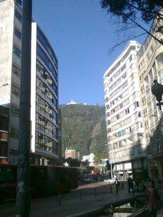 Vista del cerro de Monserrate desde el centro de la ciudad