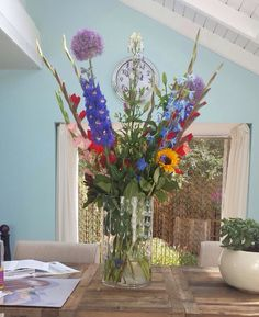 Grote vaas met variatie bloemen.  Mooi om te geven of te krijgen.