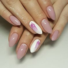 The advantage of the gel is that it allows you to enjoy your French manicure for a long time. There are four different ways to make a French manicure on gel nails. The choice depends on the experience of the nail stylist… Continue Reading → Feather Nail Designs, Feather Nails, Nail Art Designs, Feather Design, Love Nails, Pink Nails, My Nails, Almond Nails Designs, Almond Shape Nails