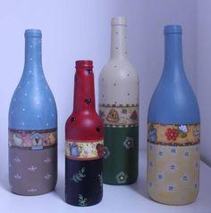 Garrafas de vidro pintadas e decoradas.  Valor unitário. Garrafa menor: R$ 25,00. R$ 32,00