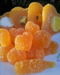 ORANGE SLICES: 200 ml of orange juice. 5 dl sugar cups per 250 ml). 10 teaspoon of gelatin. And again, silicone molds. Candy Recipes, Mexican Food Recipes, Sweet Recipes, Dessert Recipes, Desserts, My Favorite Food, Favorite Recipes, Chocolates, Sweet Tooth