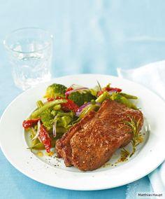 Dieser superleckere Schlankmacher mit Broccoli, Bohnen, getrockneten Tomaten und saftigem Steak hat nur 13 g Kohlenhydrate p.P.