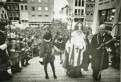 Intocht Sinterklaas 1978 Groningen aankomst stadhuis rechts burgemeester Buiter