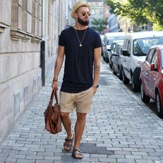 "4,500 Gostos, 120 Comentários - Fio (@fio_11_) no Instagram: ""Summer vibez. Blue and beige always a good combi Shorts by @pullandbear T-Shirt by @hm Shoes…"""