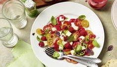 Carprese einmal anders - peppe die saftigen Tomaten und den zarten Mozzarella mit fruchtigen Himbeeren auf. Sommer pur!