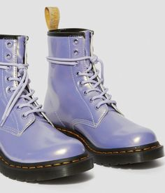 Doc Martens have been in style for almost 60 years, discover what made them so popular. We also discuss how to wear them in style! Dr. Martens, White Doc Martens, Doc Martens Outfit, Doc Martens Boots, White Boots, Lace Up Boots, Docs Shoes, Combat Boots, Ankle Boots