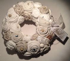 Strohkranz, mit Leinenstoff umwunden über und über mit handgebundenen Rosen aus Leinen, Baumwolle, Satin und Organza in weiss-und Cremetönen besetzt dekoriert mit Perlen und Glitzersteinen