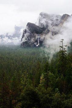 QUEDA DE ÁGUA  - BRIDALVEIL - Yosemite -  ao fundo. em: flickr.com