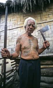 Jaime Alos, one the last tattooed warriors of the Dananao Kalinga, displaying traditional headhunting weapons: the spear and head-ax. Traditional Filipino Tattoo, Filipino Tribal Tattoos, Filipina, Symbolic Tattoos, Picture Tattoos, Martial Arts, Tattoos For Guys, Statue, Warriors