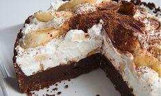 Najúžasnejší tvarohový koláč,aký som kedy jedla… ingrendiencie: 500 g hl.múka 200 g pr.cukor 250 g maslo 200 ml kyslá smotana 2 vajíčka 1kypriaci prášok do pečiva vanilka citr.kôra  Plnka: tvaroh z Lidla vedierkový –500 g, kyslá smotana- 500 ml. /červená z Lidla/ cukor podľa chuti 4 žĺtka 4 bielka vyšľahať 1 puding Olle za studena vanilkový, citrónovášťava marhule Postup