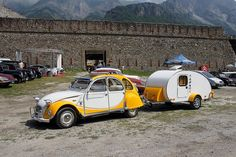 Here is a sweet color coordinated Citroen and Teardrop combo Teardrop Camper Trailer, Tiny Camper, Car Camper, Camper Caravan, Rv Campers, Tiny Trailers, Vintage Trailers, Vintage Cars, Vintage Airstream
